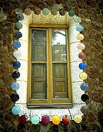 Gaudi Designer :: Park Güell > Park Visit - Windows of the entrance lodge