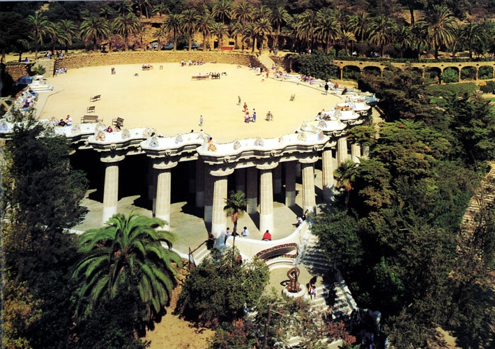 Gaudi Designer :: Park Güell > Park Visit - General view of the grand plac...