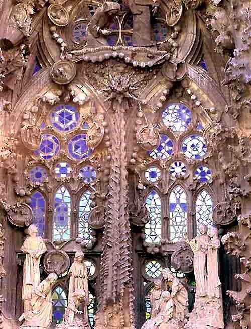 Sagrada Familia / Vidrieras / Vista de conjunto de los vidrios de la puerta del Nacimiento.
