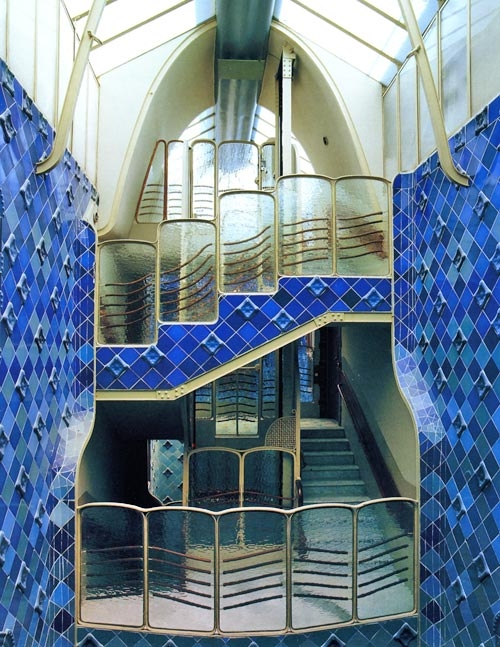 Casa batllo / ceramicas / caja de escalera tapizada de cerámica
