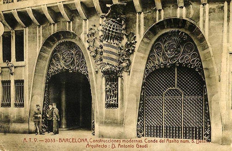 Entrada del Palacio Güell en la época de su construcción